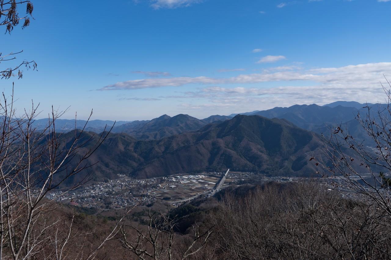 高川山から見た秋山山稜