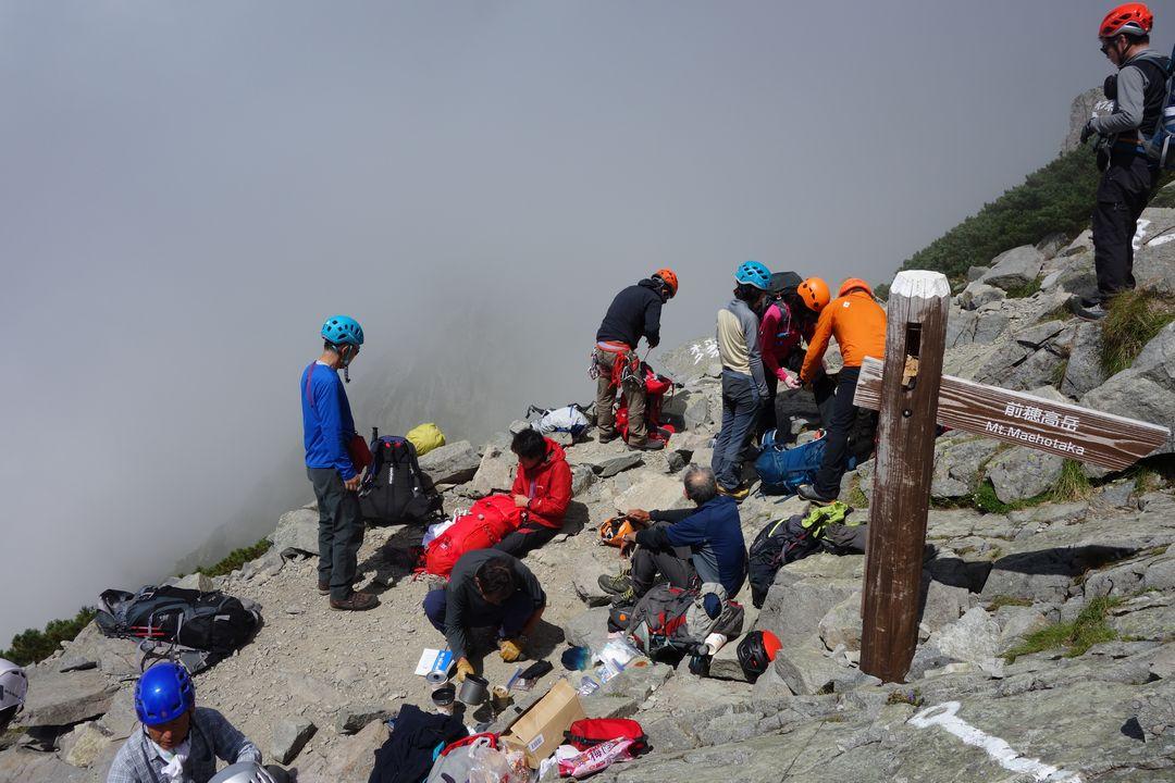 紀美子平で休息する登山者