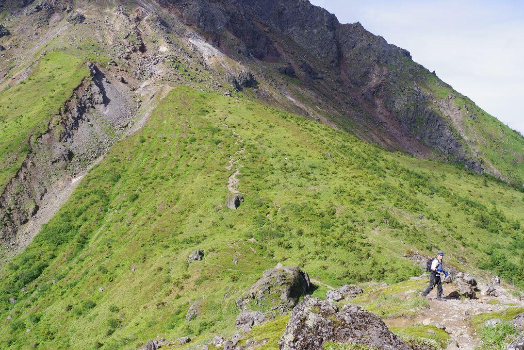焼岳小屋の展望台から見た鞍部