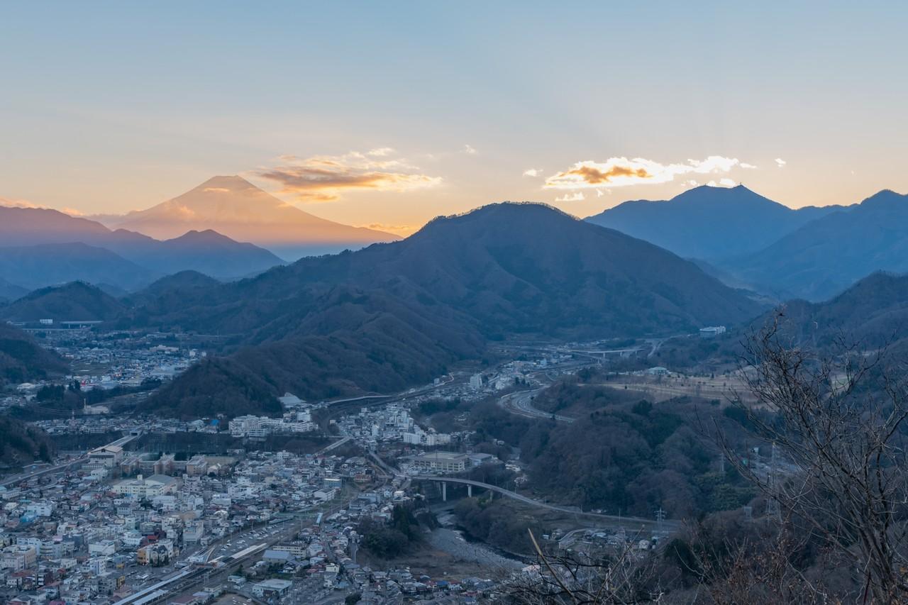 岩殿山から見た黄昏時の高川山