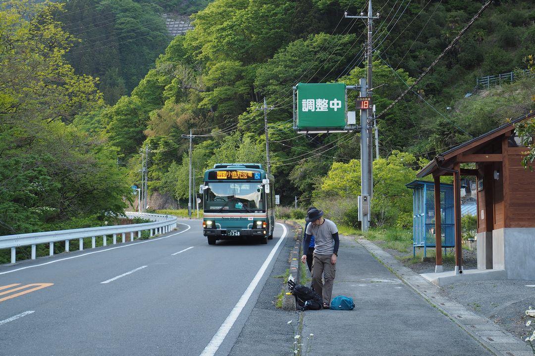 坂本バス停に向かって来る小鹿野役場前行きのバス