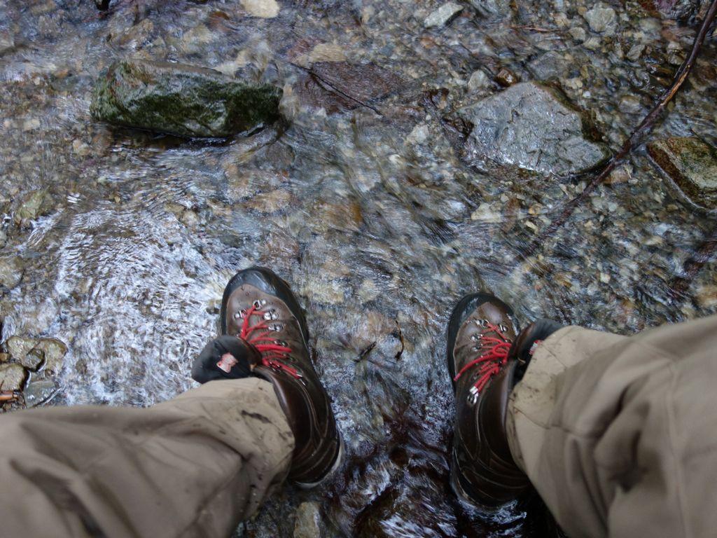 沢水で靴を洗う様子