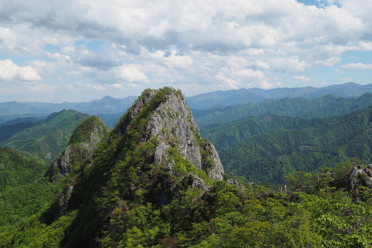 二子山 岩尾根から見た西岳と東岳
