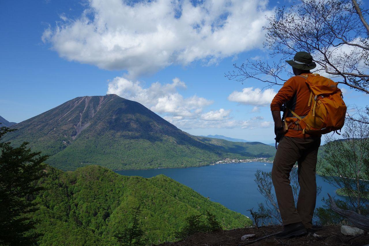 男体山を眺める登山者の後姿
