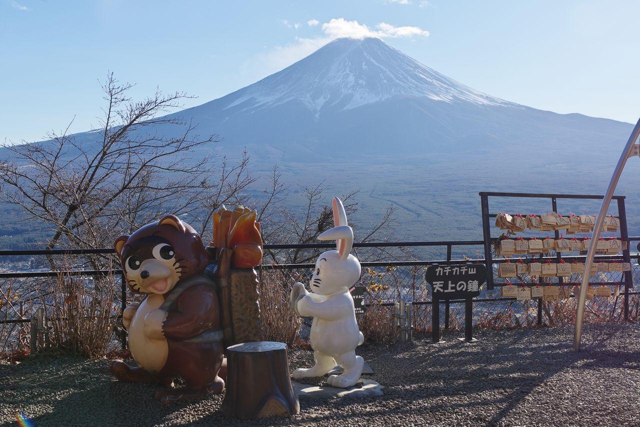 カチカチ山の薪を背負った狸のモニュメント