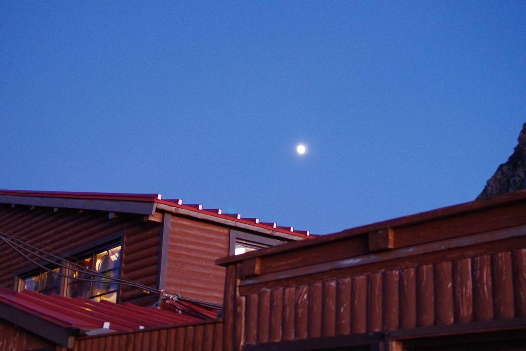 月明かりに照らされる奥穂高岳山荘