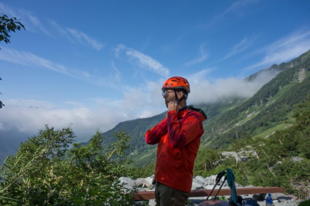 ヘルメットを装着する登山者