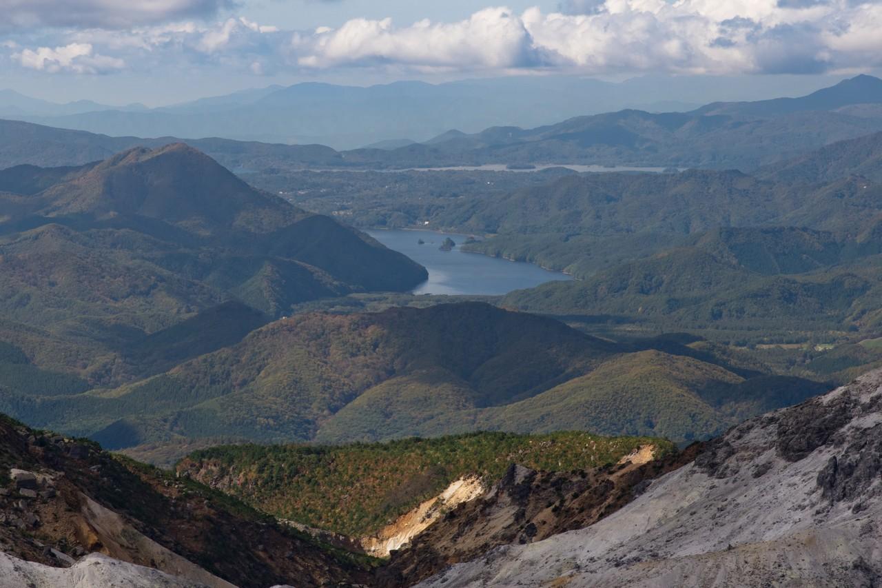 安達太良山から見た秋元湖