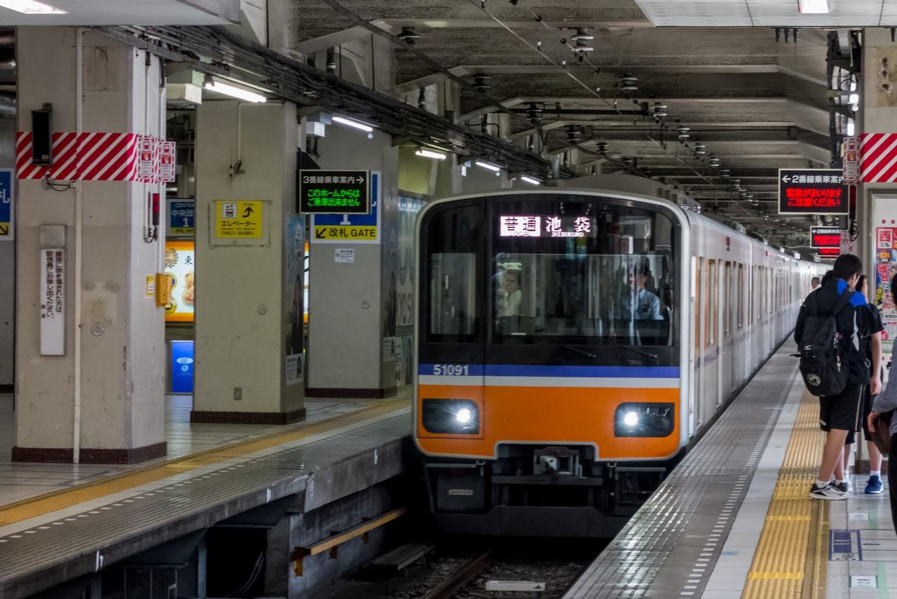 池袋駅に入線する小川町行きの急行