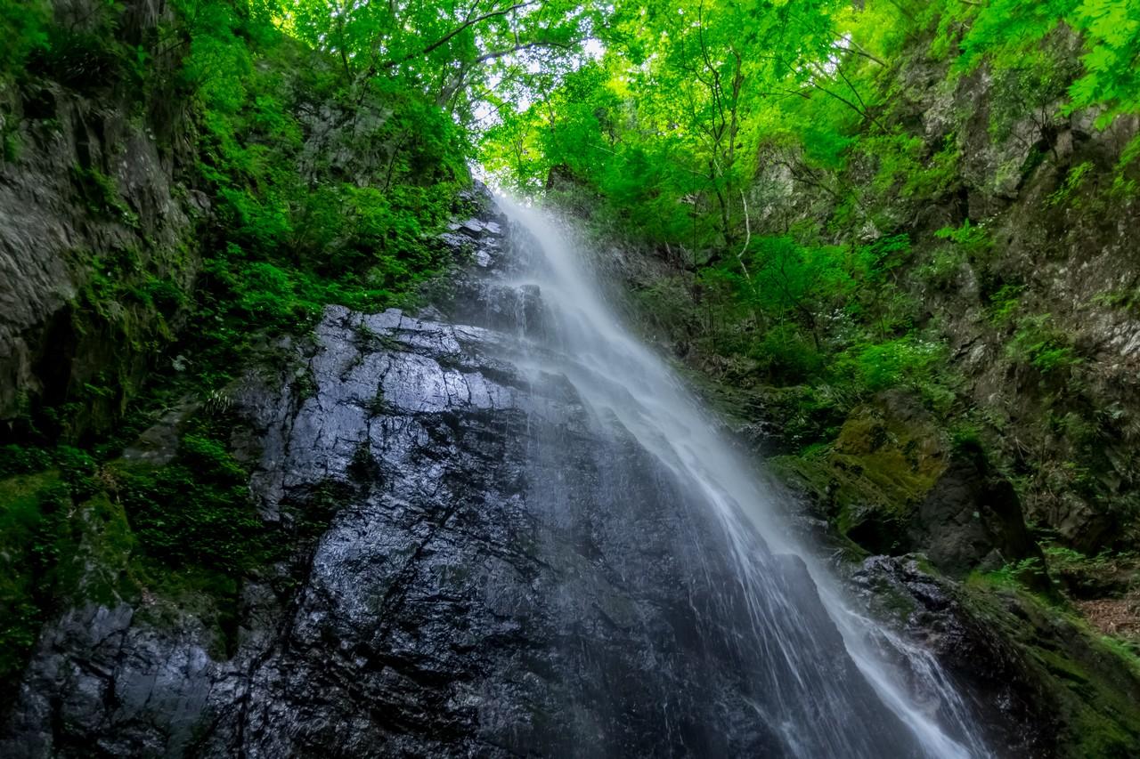 壺から見上げた百尋の滝