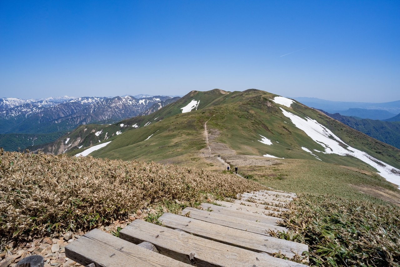 平標山から見た仙ノ倉山