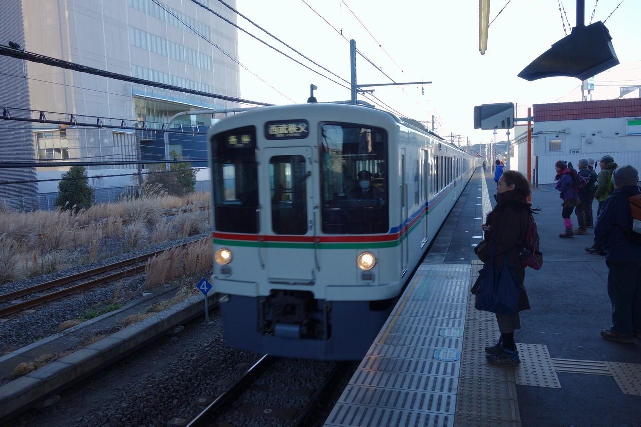 東飯能駅に入線する西武秩父行きの電車