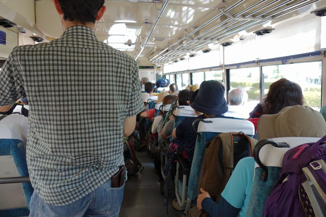 北八ヶ岳ロープウェイ行きのバス車内