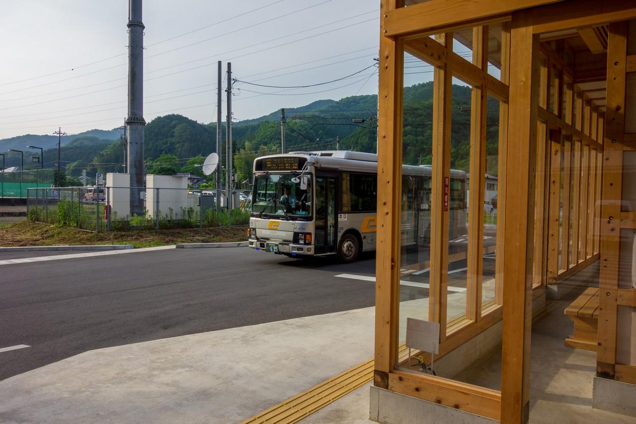 道の駅和紙の里ひがしちちぶに進入するイーグルバス