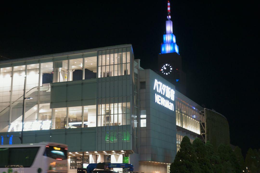 国道20号の歩道から見た夜のバスタ新宿