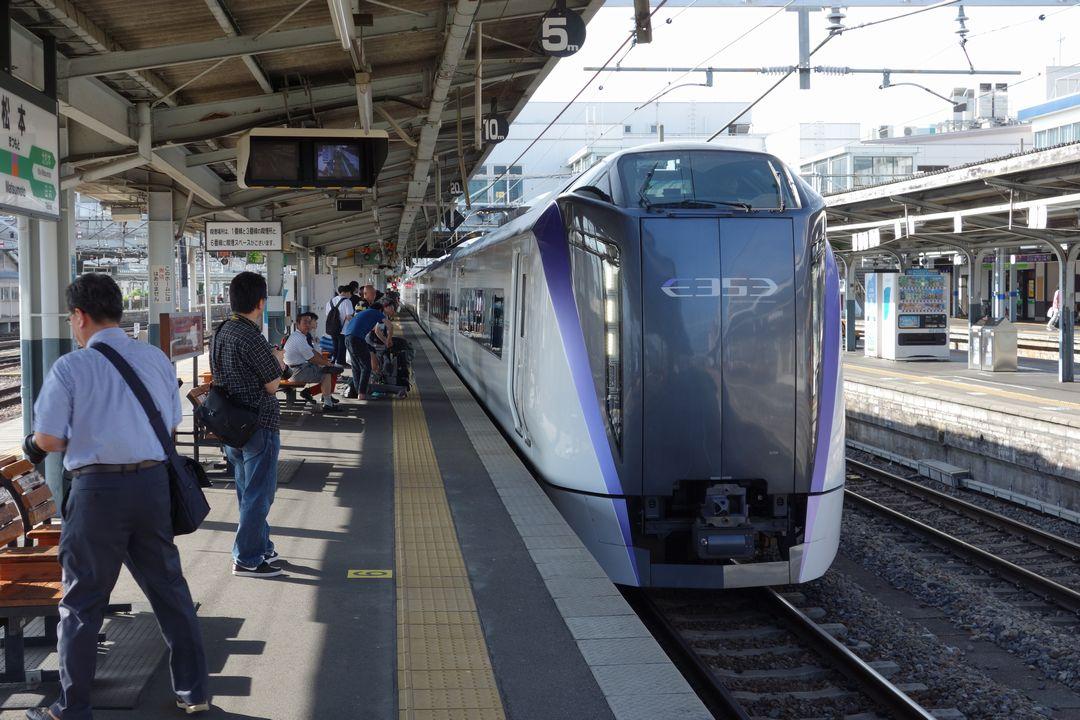 松本駅に入線する特急あずさ