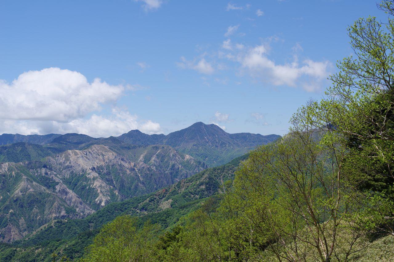 半月山から見た皇海山