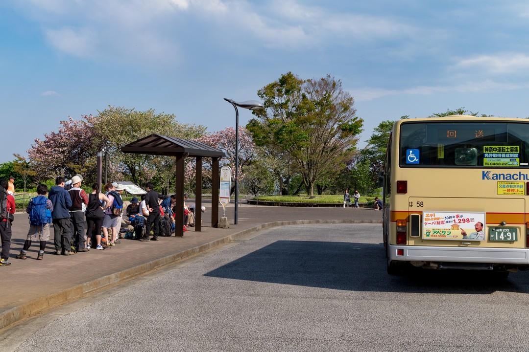 大倉バス停に停車中のバス