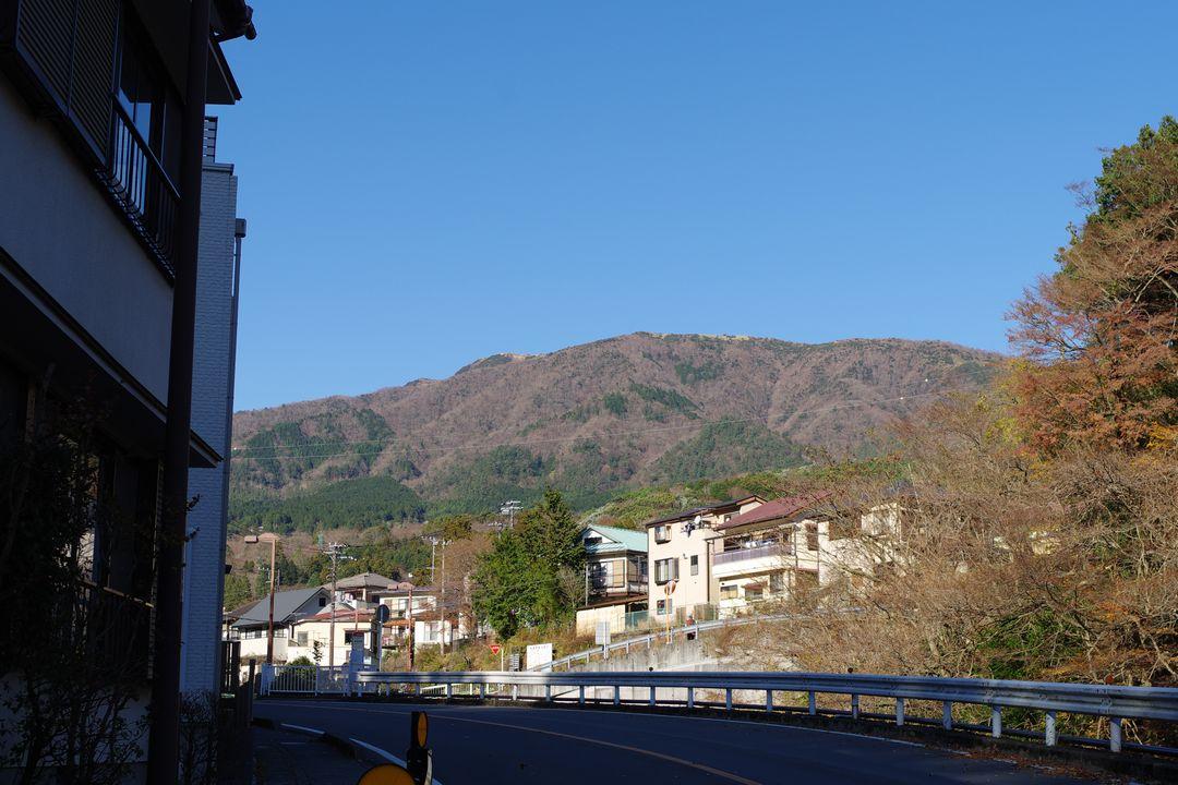 宮城野橋バス停から見た明神ヶ岳