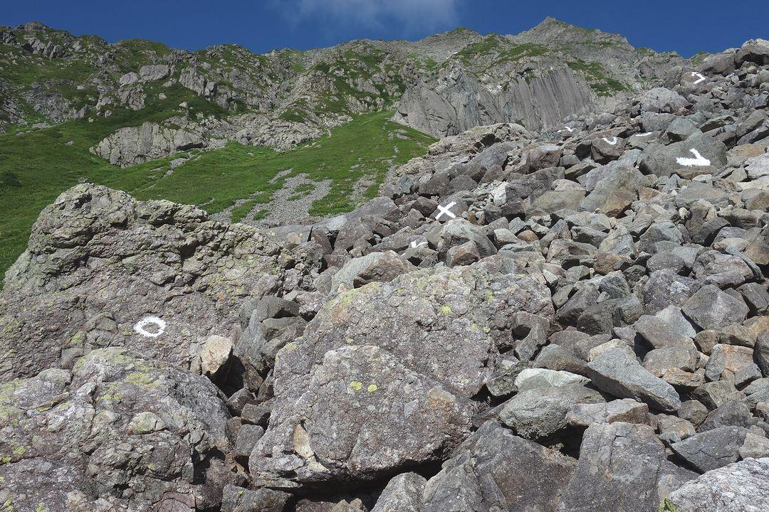 槍ヶ岳 槍沢コース上部の登山道光景