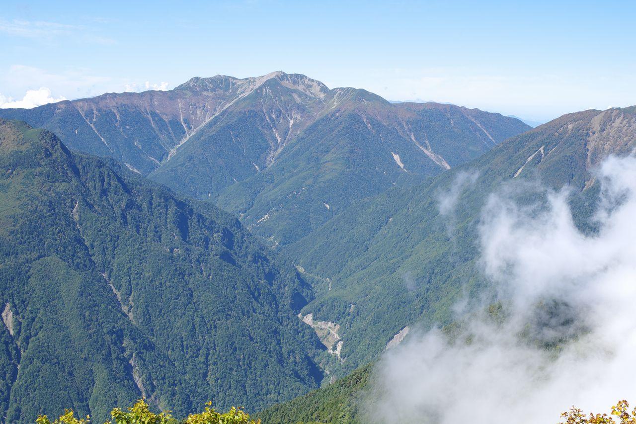 高峰から見た仙丈ケ岳