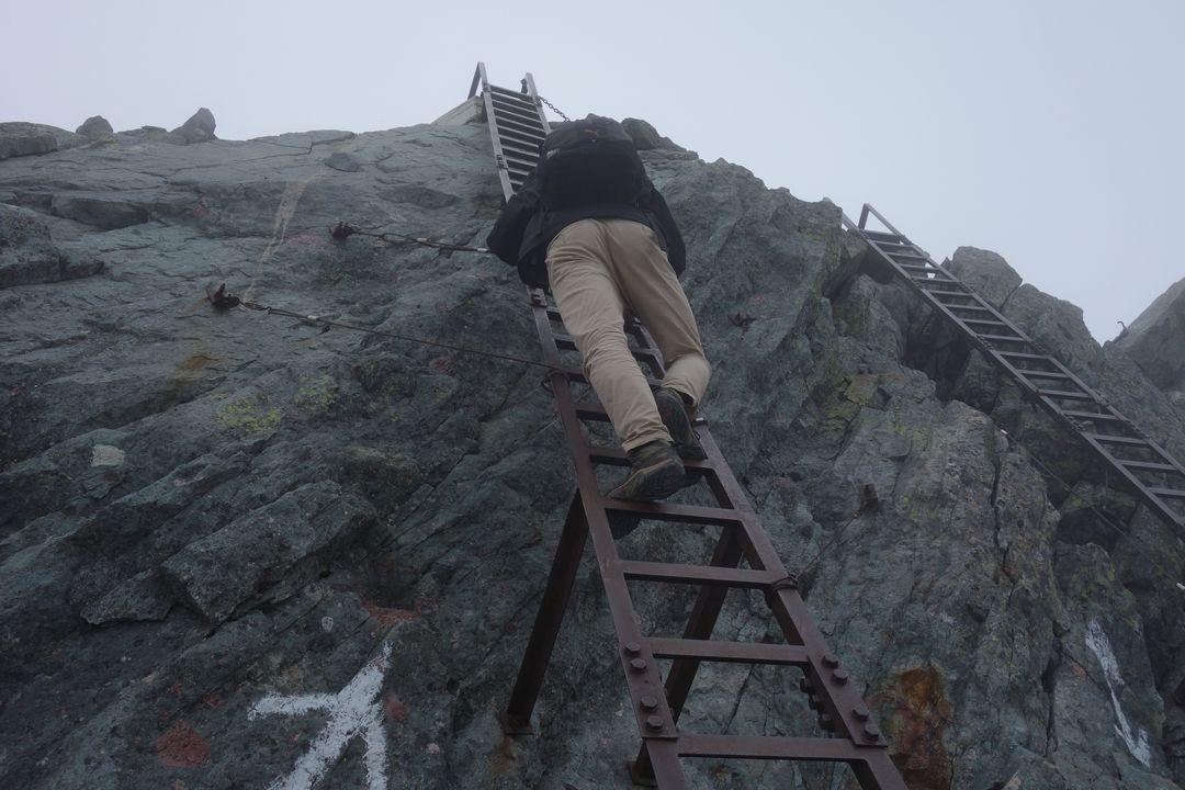 槍ヶ岳 山頂直下の鉄ハシゴ