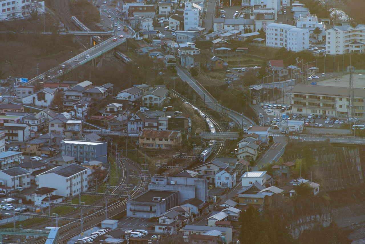岩殿山から見た大月駅を通過中の特急あずさ
