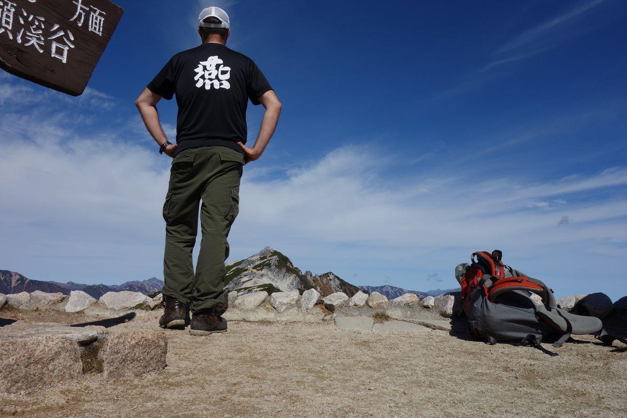 燕岳Tシャツを着用した登山者の後姿