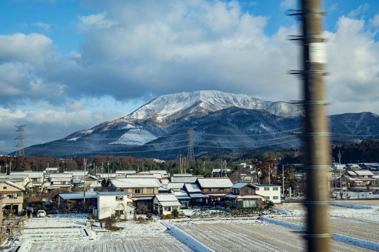 東海道新幹線牡の車窓から見た伊吹山