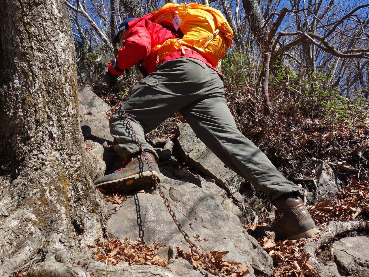 米沢山の鎖場に取り付く登山者