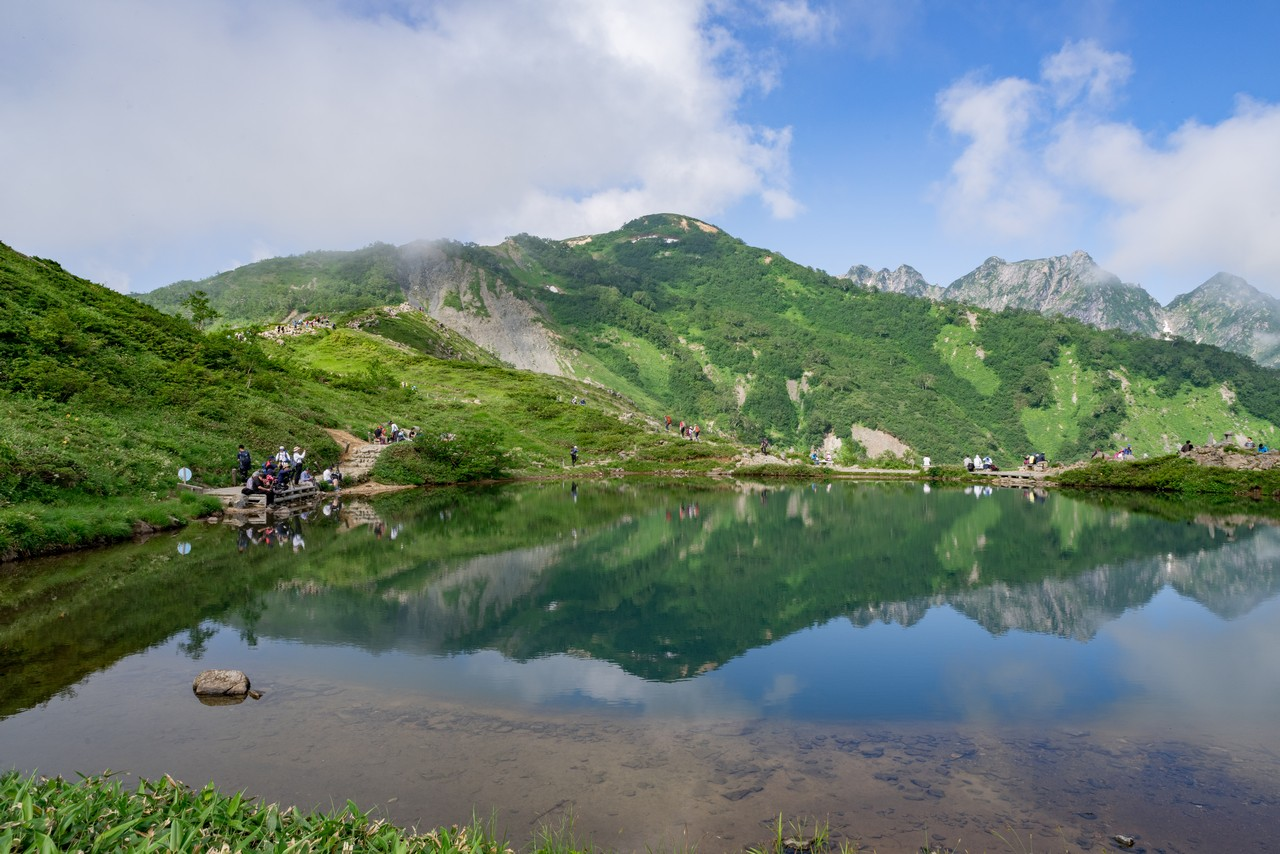 八方池に映った丸山