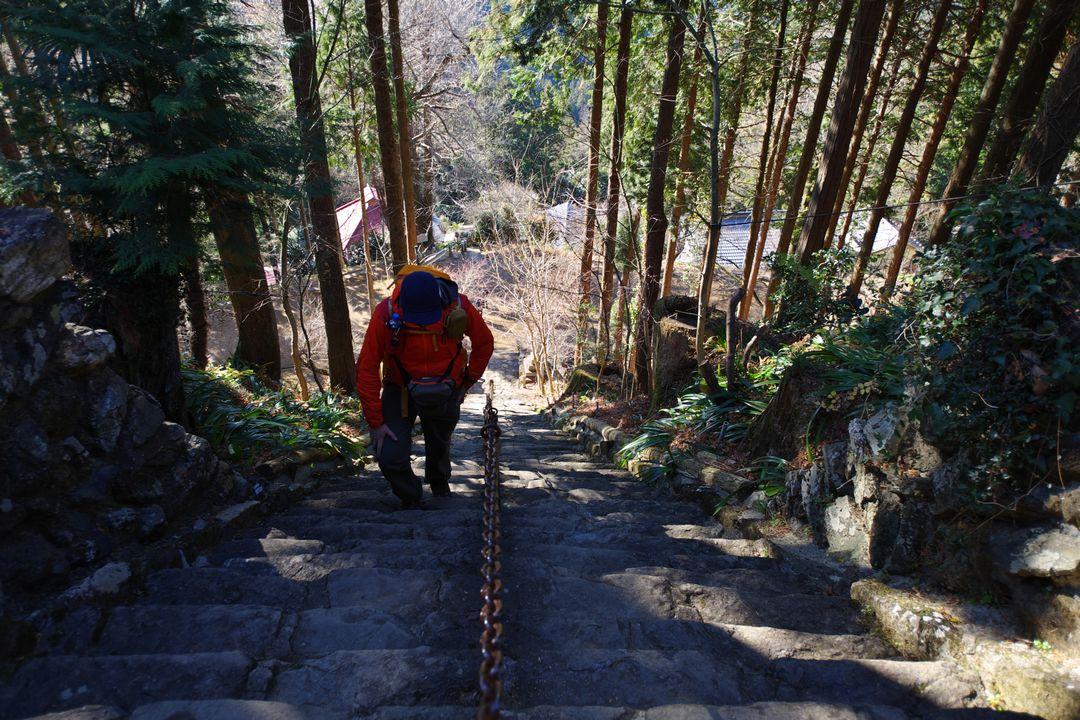 高山不動の石階段を登る登山者