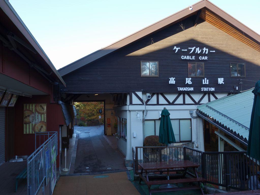 無人の高尾山駅