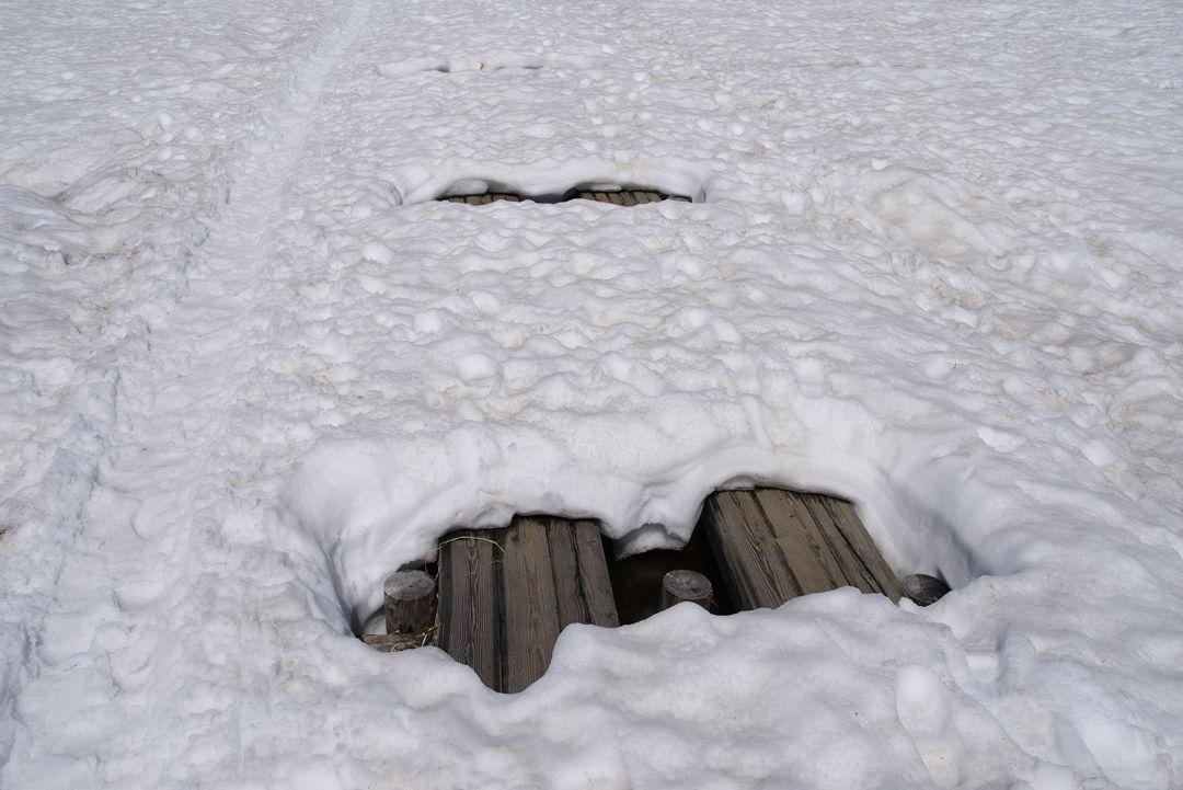 尾瀬ヶ原 雪に半分埋没した木道