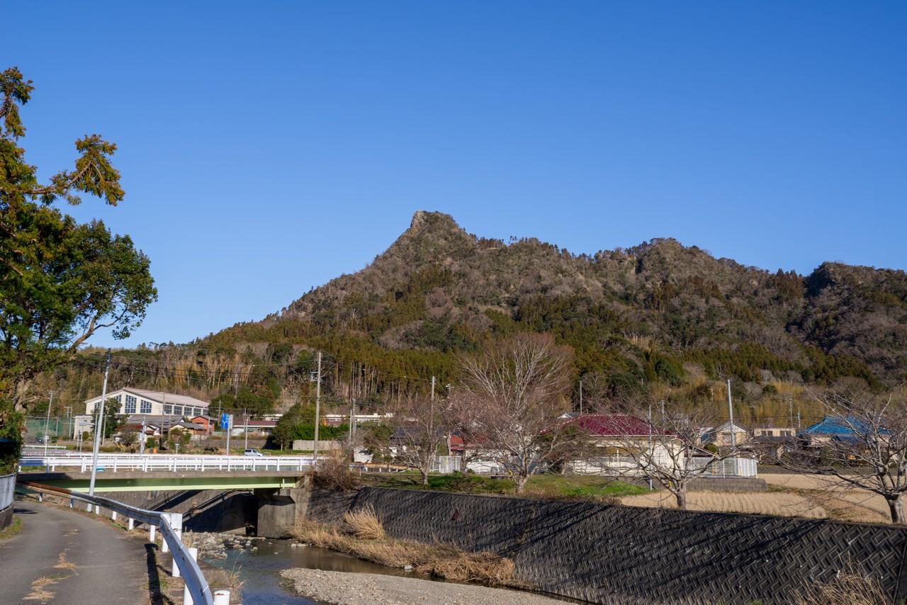 平群天神社の手前から見た伊予ヶ岳