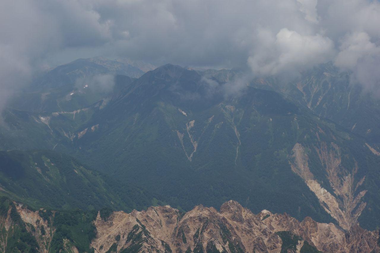 槍ヶ岳の肩から見た三叉蓮華岳
