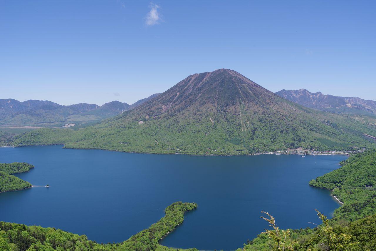 半月山から見た中禅寺湖と男体山