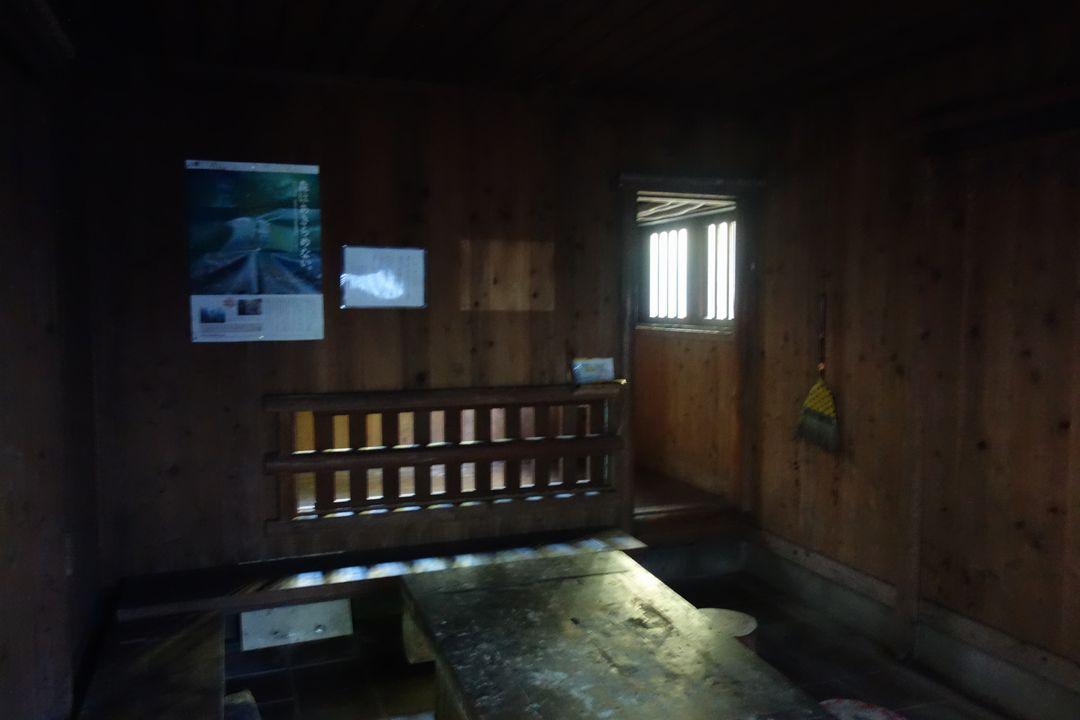 畦ヶ丸 一軒屋避難小屋の内部