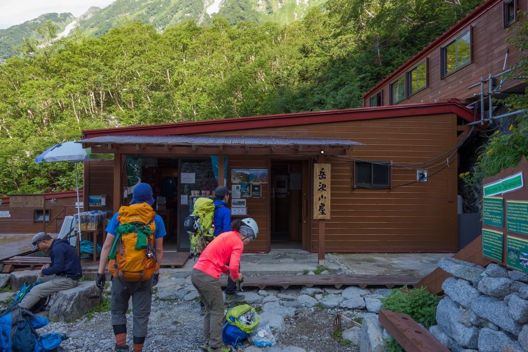 岳沢小屋の正面玄関