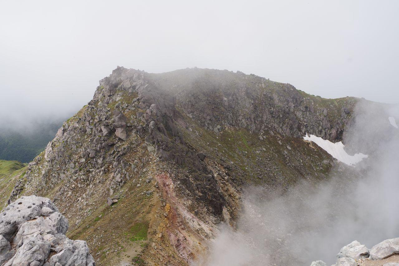 北峰から見た焼岳南峰