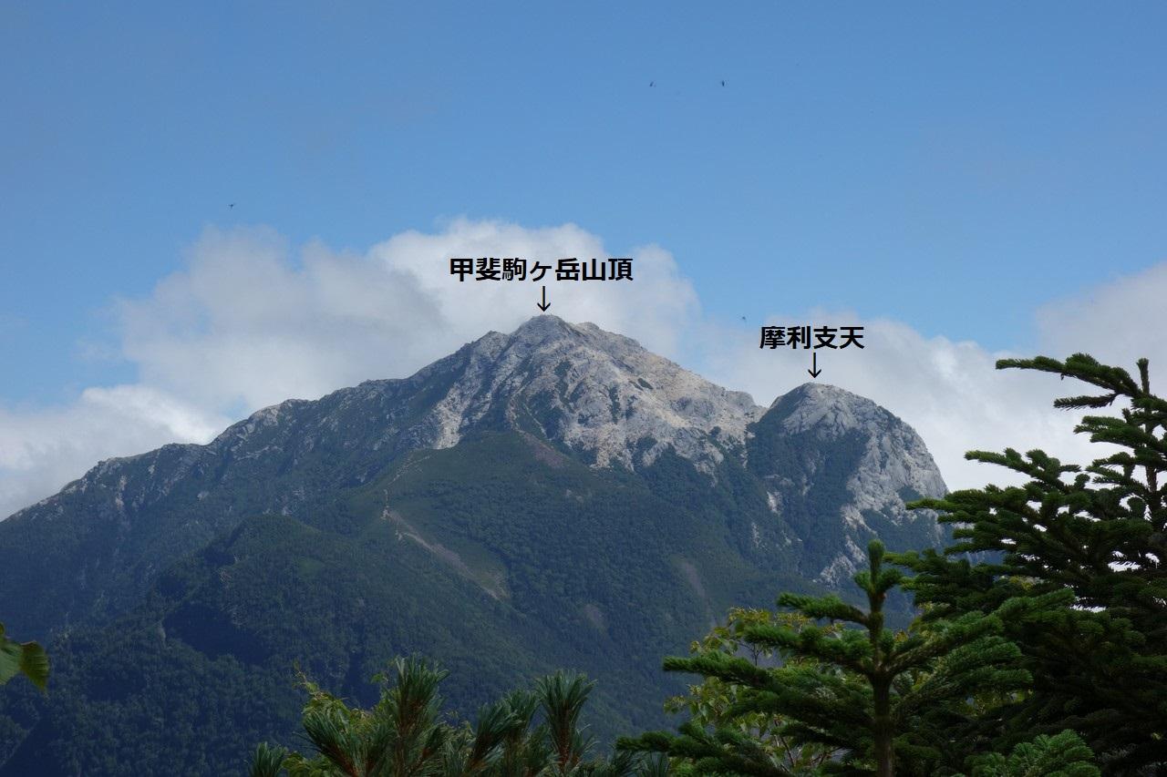 甲斐駒ヶ岳の山頂と摩利支天
