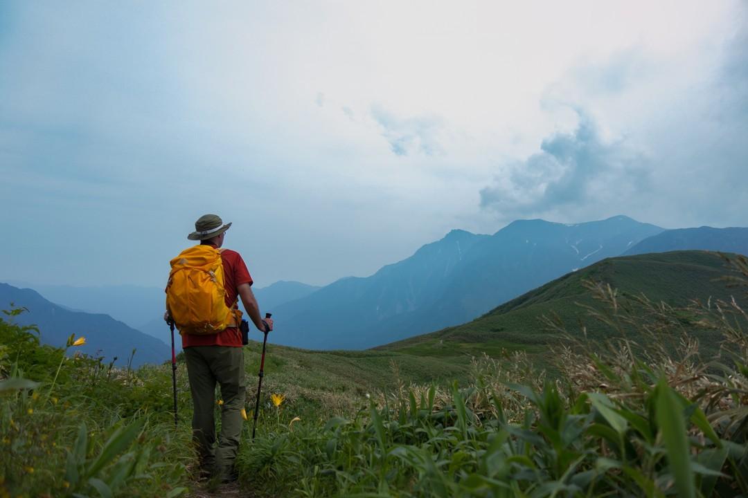 谷川連峰 七ツ小屋山付近の稜線を歩く登山者
