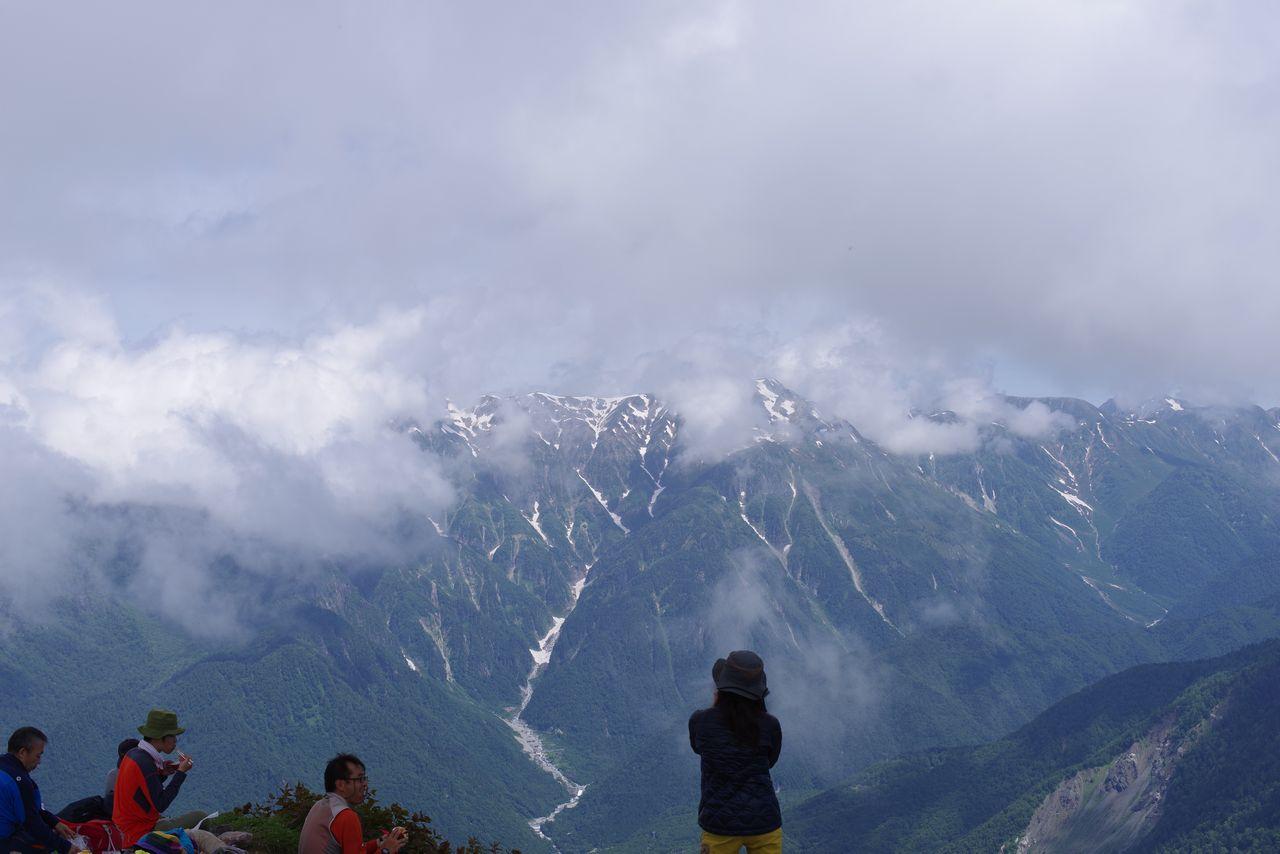 焼岳山頂から見た、ガスに覆われた笠ヶ岳