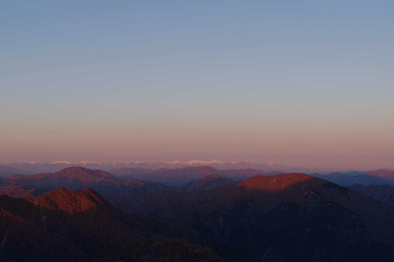 蛭ヶ岳山頂から見た朝日を浴びる南アルプス