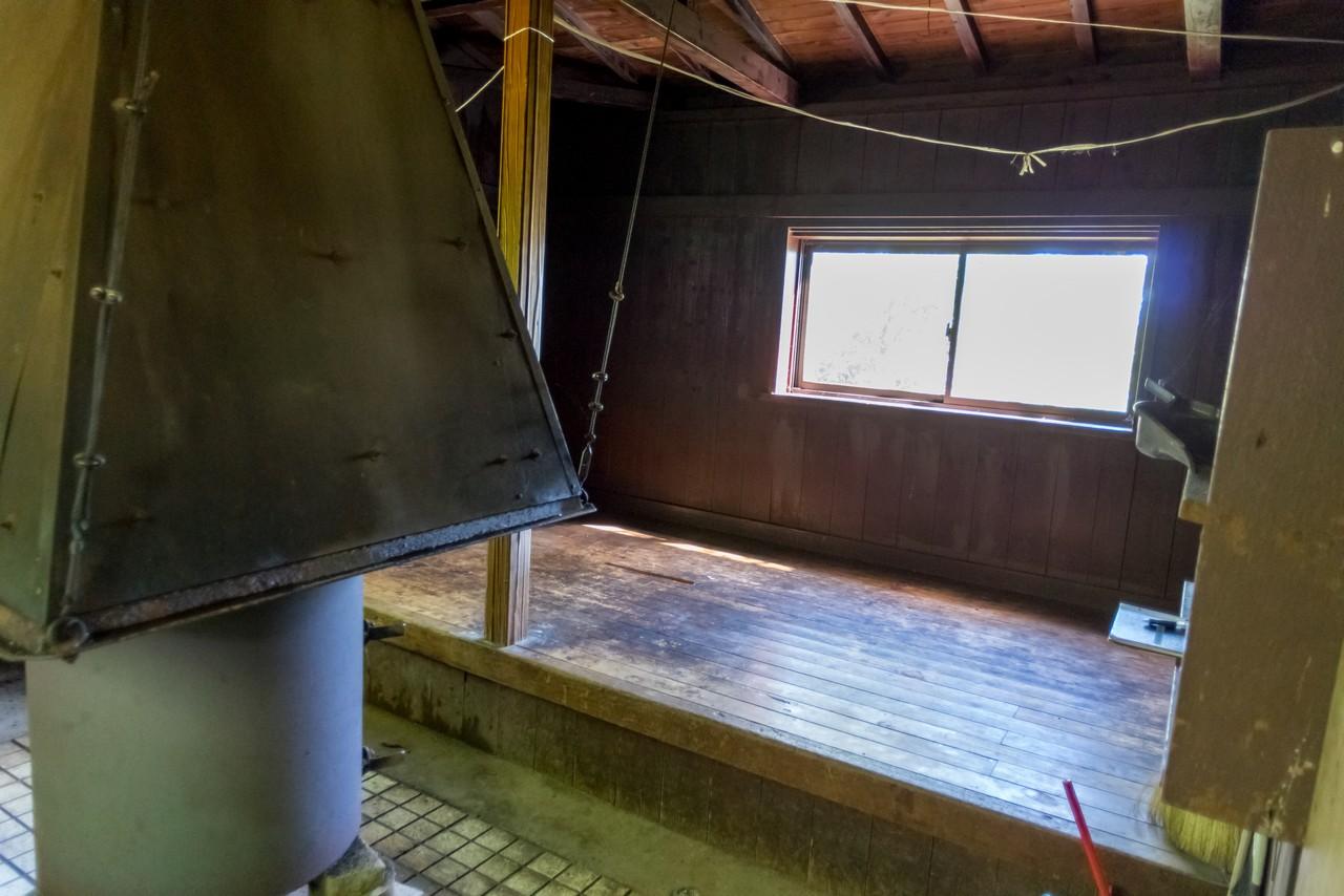 畦ヶ丸避難小屋の内部