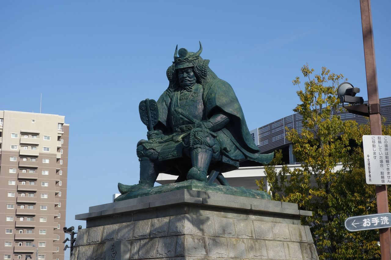 甲府駅前の武田信玄像