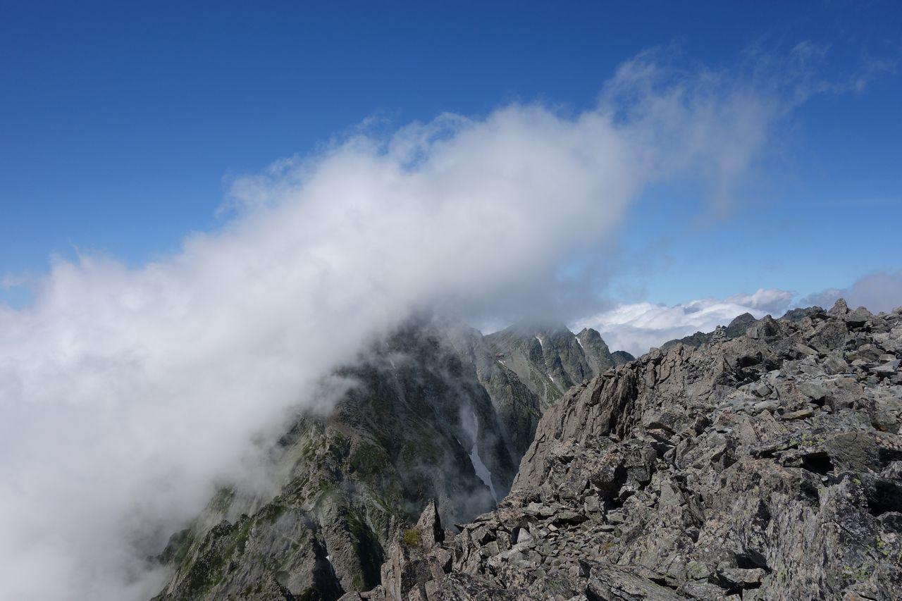 前穂高岳からみたガスに包まれた奥穂高岳