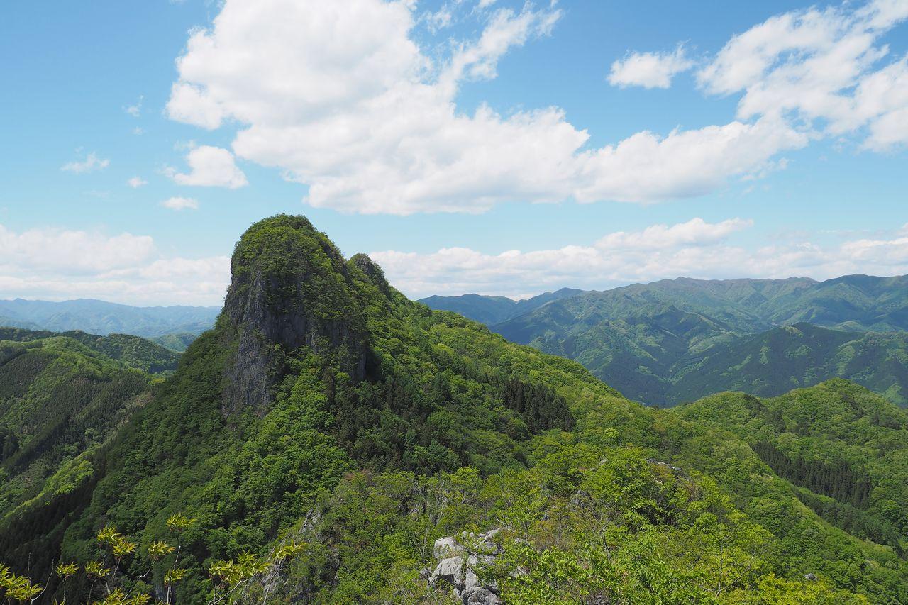 二子山 東岳から見た西岳