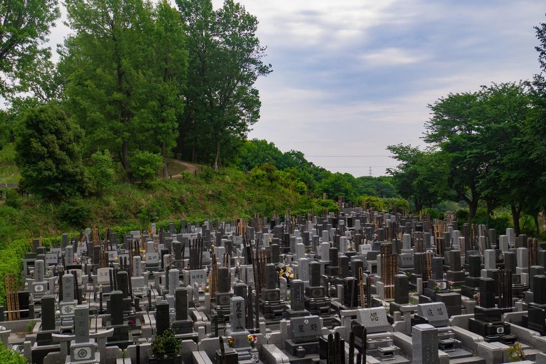 摩よこやまの道にある墓地
