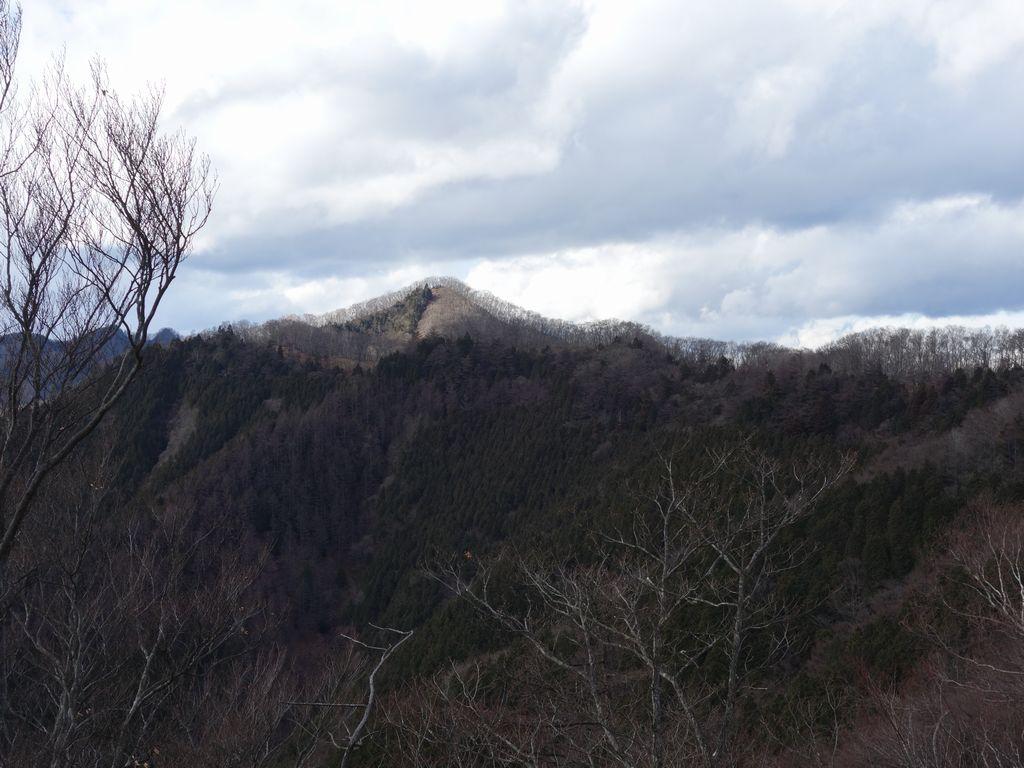 日向沢ノ峰から見た蕎麦粒山